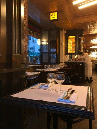 Vues de l\'intérieur du Café Central, de la terrasse et des desserts ...