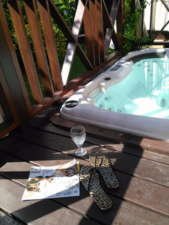 Little Arches Boutique Hotel: Private deck with hot tub!
