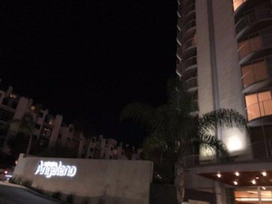 Hotel Angeleno: Vista da área externa do hotel, onde pode-se ver as sacadas dos quartos também.