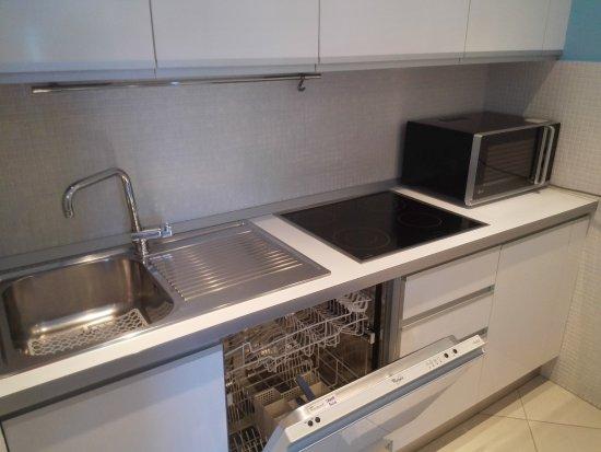 Angolo cottura con lavastoviglie, piano cottura a induzione e ...