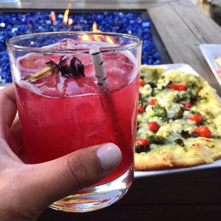 Stratton Mountain, เวอร์มอนต์: Cocktails on the patio next to the fire table