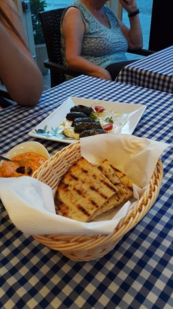 Akropolis, Restauracja Tawerna Grecka: pita. dolmadakia. htipiti
