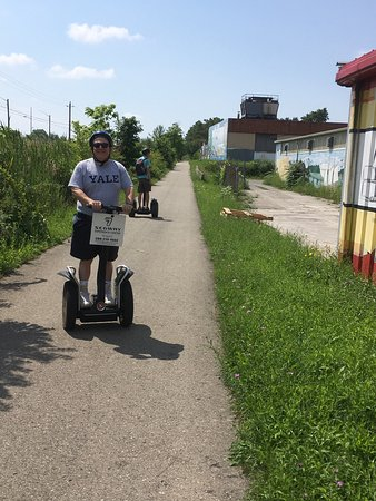 St. Catharines, Canada: Great fun on our Segway tour of the canal!