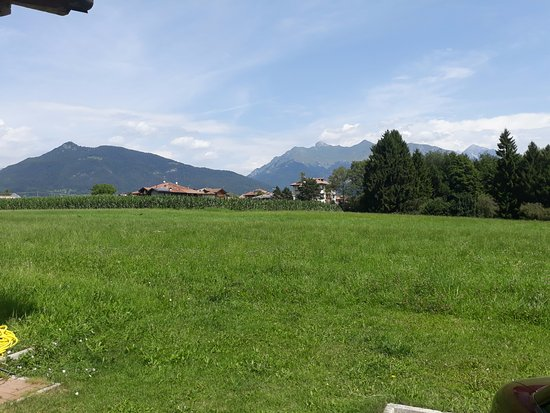 Azienda Agricola Fontanel: Azienda Agricola Fonatel omgitt av vakre fjell.