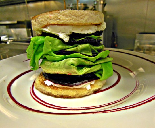 West Creek, Nueva Jersey: Goat Cheese & Red Beet Stack Appetizer