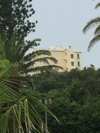 Elbow Beach, Bermuda: Far end of the Elbow beach resort-sitting empty with paint peeling and falling into disrepair.