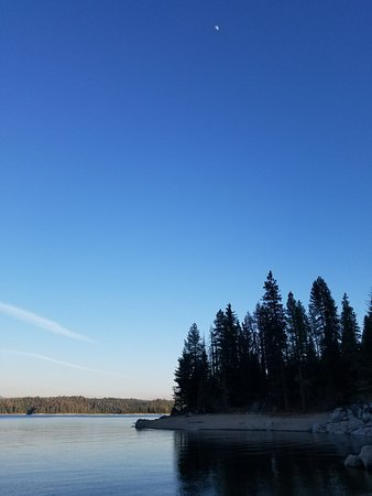 Shaver Lake, แคลิฟอร์เนีย: Lake, from the main road