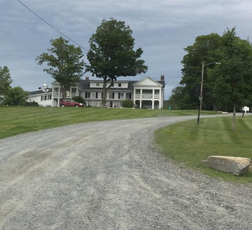 The White House Inn : Driving up to the Inn on a rainy afternoon
