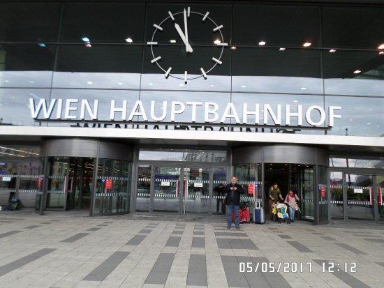 Puerta principal de entrada de wien hauptbahnhor viena for Puertas de entrada principal