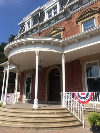 Painesville, OH: Stay in a mansion and enjoy breakfast. Sixteen remodeled rooms with sitting space on every floor
