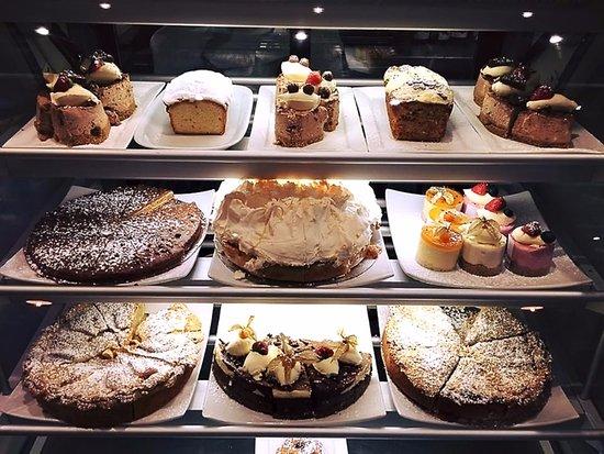Navan, Irlanda: Selection of freshly baked cakes