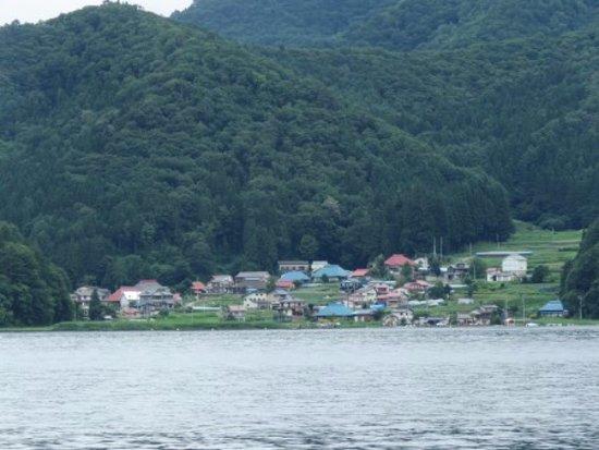 Shinano-machi, Jepang: 湖岸の集落