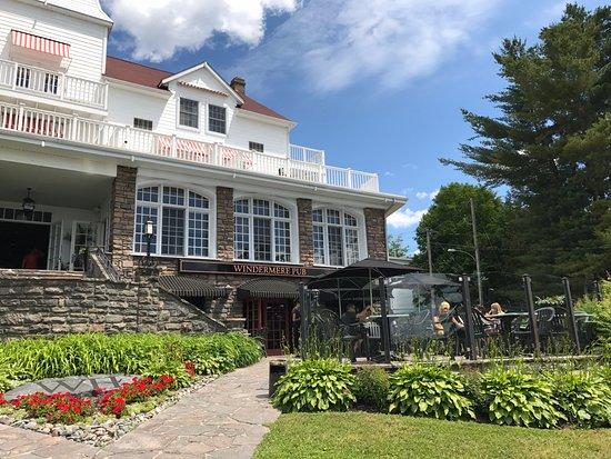 Windermere, كندا: Patio of Windermere Pub & Patio