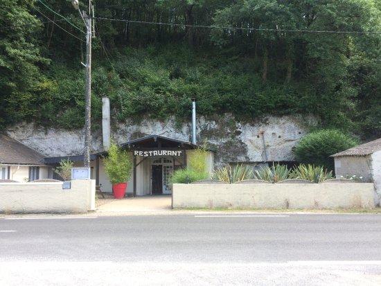 Mosnes, Francia: Restaurant dans la falaise.