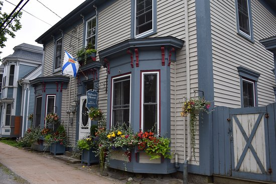 Pelham House Bed & Breakfast: The beautiful front of the B&B with their flowers in bloom.