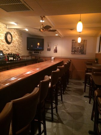 Greenville, โรดไอแลนด์: There is a nice comfortable bar to have drinks, appetizers, sandwiches or dinner