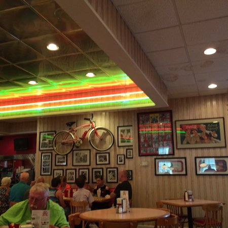 Big Al's Restaurant and Grill: Lots of coke stuff,every were,must see gift shop on way out,if you like coke things