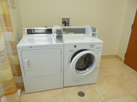 Fairfield Inn & Suites Winnipeg: Washing Machine and Dryer