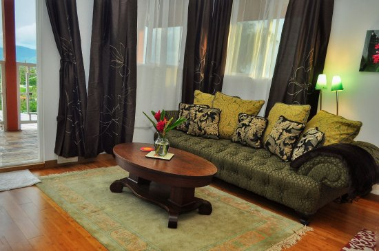 Nuevo Arenal, Costa Rica: Banana suite, seating and extra sleeping area