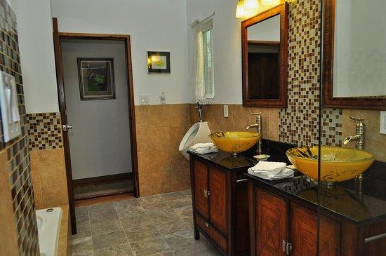 Nuevo Arenal, Costa Rica: Banana Suite master bath