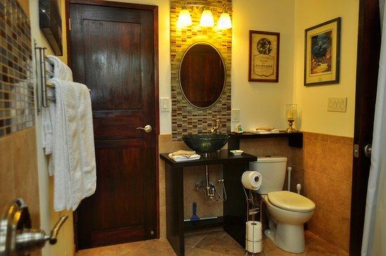 Nuevo Arenal, Costa Rica: Cas Suite bathroom