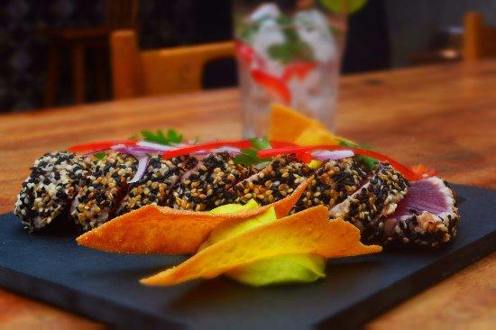 """Serafim: Atum costeiro, selado na crosta de gergelim, abacate, milho, salsa """"criolla"""" e tomates confit"""