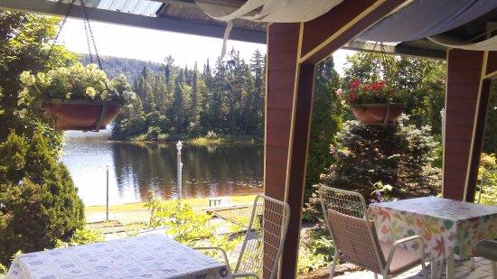 Saint Donat, Καναδάς: terrasse pour le petit déjeuner face au lac