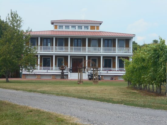 Willow Creek Winery: Plantation-Style Building
