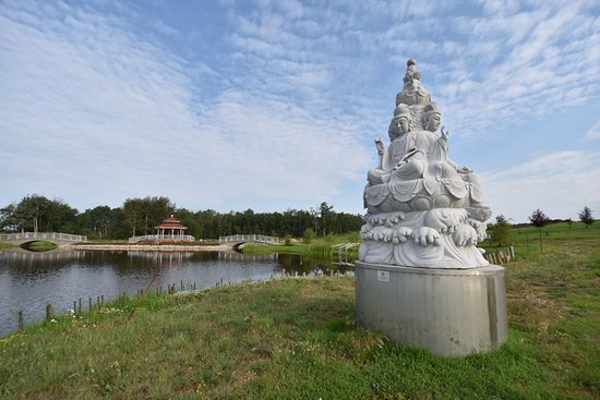 Westlock, Canadá: Religious statue next to the lake.