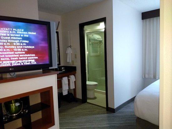Hyatt Place Nashville/Brentwood: King room shower/vanity area