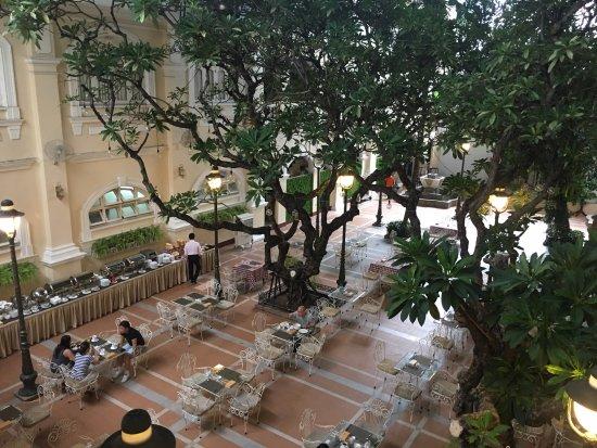 Hotel Continental Saigon: Breakfast buffet in garden