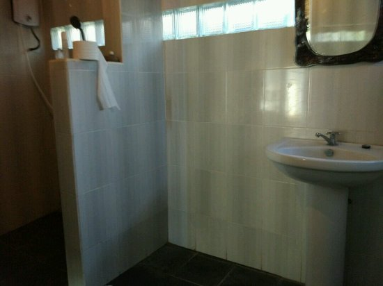Coconuts Beach Resort: kamar mandi luas
