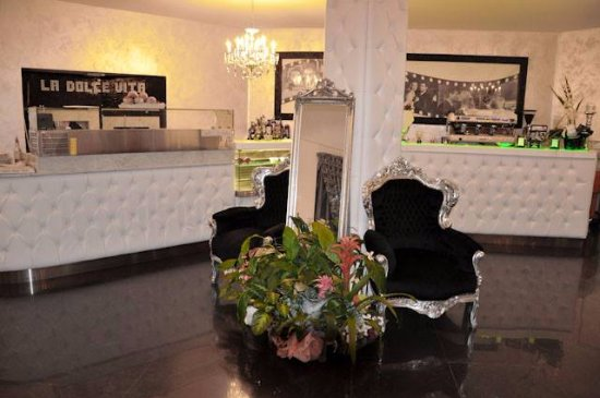 Cambiano, Italy: Bancone sala principale