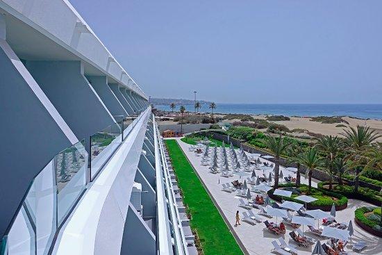 Santa Mónica Suites Hotel: Aussicht auf Pool-Terrasse & Strand