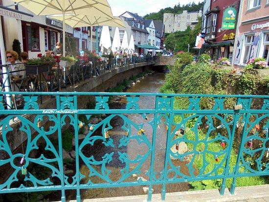 Kolonia, Mikronesiaføderasjonen: Ένα μικρό ποτάμι διασχίζει την πόλη.Στα κάγκελα της γέφυρας  κρεμουν λουκετάκια για ευχές .οι ερ