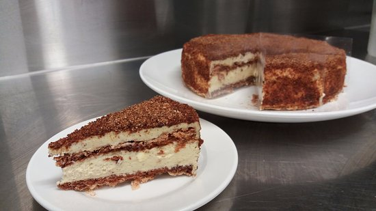 Saint Arnaud, Nueva Zelanda: Hazelnut meringue cake - layered with a vanilla mousseline cream.