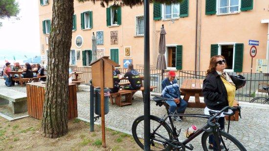 Pella, Италия: Tavoli all'aperto