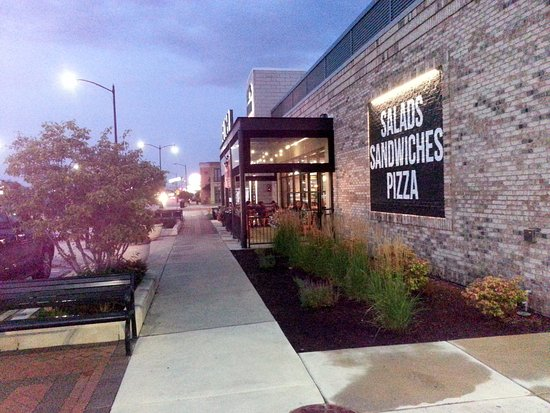 Harwood Heights, IL: outdoor patio in front of Buona Beef