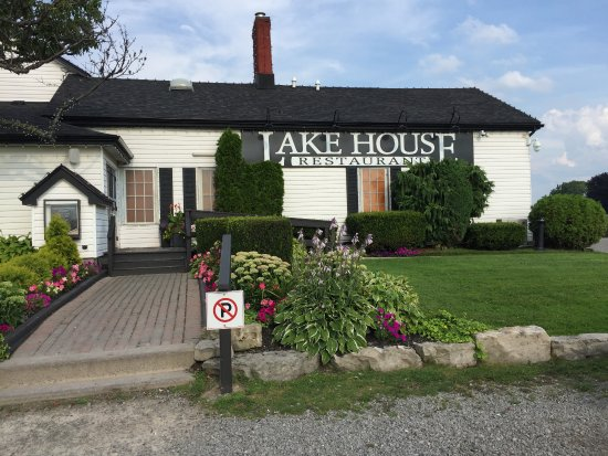 Lake House Restaurant: A great place on the lake with seating inside and outside on a large patio
