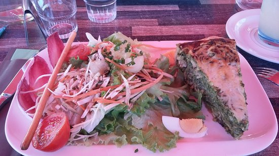 Aux Delices des Neiges : Pause dejeuner:tarte saumon épinard salade