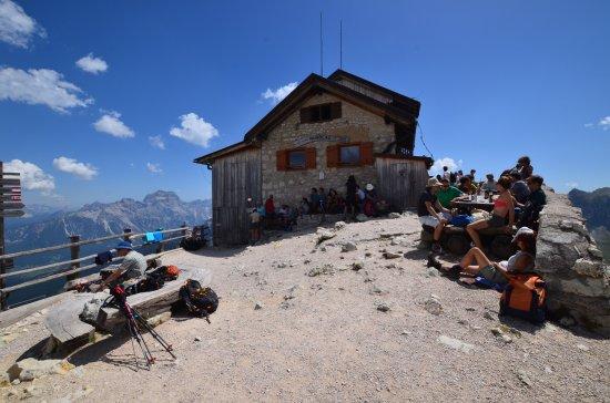 Rifugio Nuvolau: Vista del rifugio dal sentiero di accesso