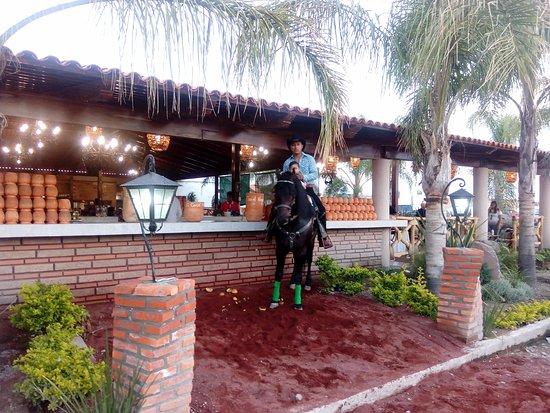 Tlajomulco de Zuniga, Mexico: El Corcel Negro Restaurant, nuestra barra de Cantaritos