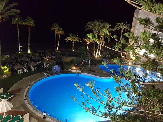 Marinas de Nerja Aparthotel: Vistas del hotel y piscina