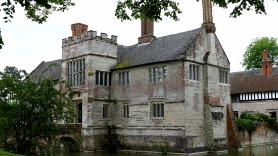 Lapworth, UK: The house and entrance bridge