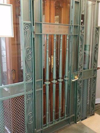 Hotel Niza: Double Door Elevator