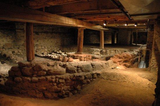 مونتريال, كندا: Accessible to visitors through the Crypt, lies an outstanding archaeological site.