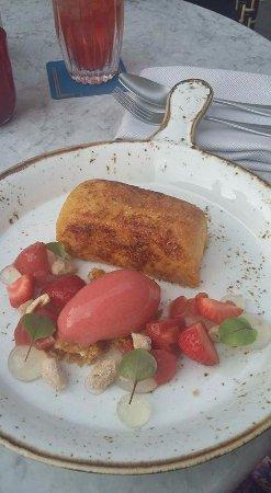KOLLAZS - Brasserie & Bar: Francia diós sütemény eper fagyival és bodzával.