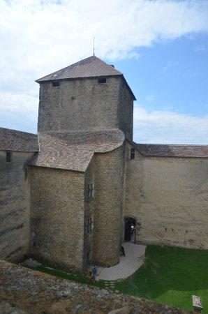 Amberieu-en-Bugey, France : Porte d'accès au chateau et tour carrée