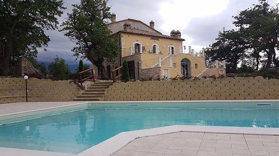 Abbateggio, Italia: The Villa from the pool