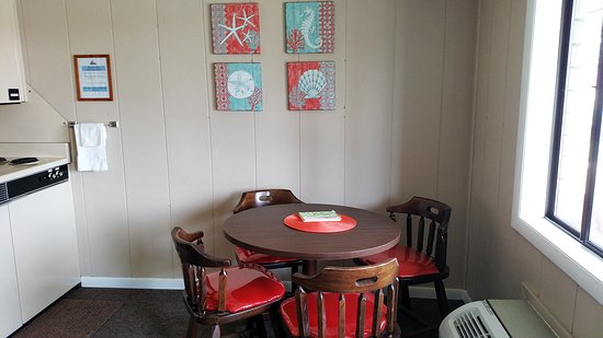 North Webster, IN : Mini Kitchenette and Dining Table for 4